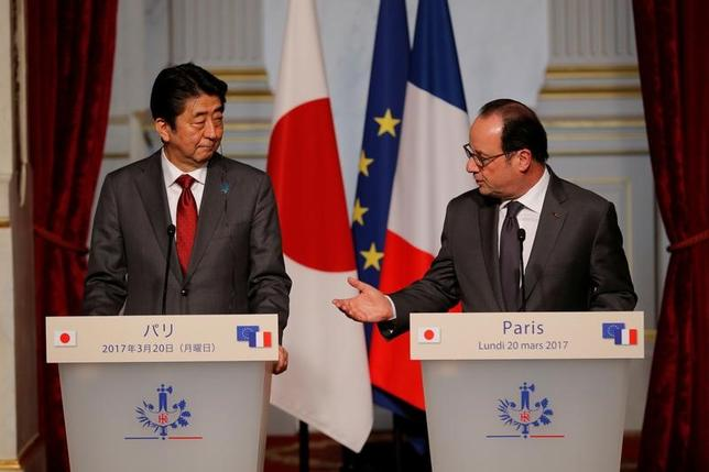 3月20日、安倍晋三首相はフランスのオランド大統領と会談し、自由貿易を引き続き推進して行くことで一致した。共同記者会見で撮影(2017年 ロイター/Philippe Wojazer)
