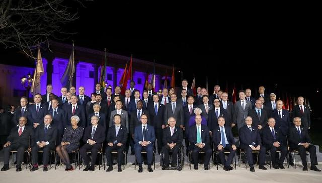 3月20日、先週の20カ国・地域(G20)財務相・中央銀行総裁会議に出席した中国の肖捷財政相は、政策不透明感と保護主義の高まりにより、世界経済のモメンタムが抑制される可能性があると警告した。写真は17日撮影の出席者集合写真(2017年 ロイター/Mario Draghi)