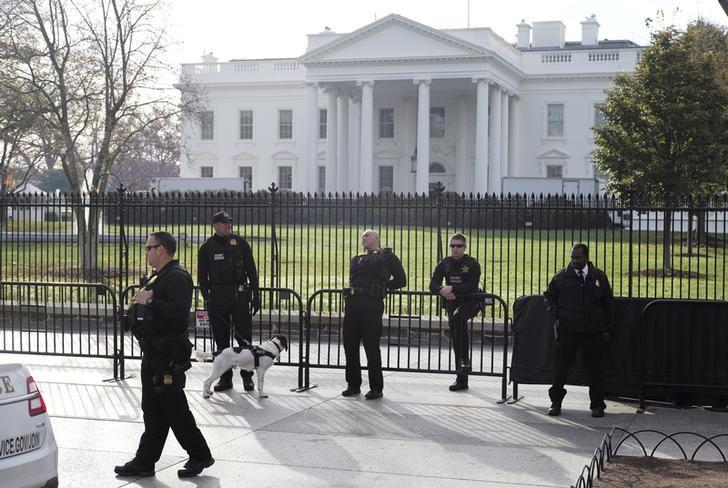 Secret Service agents patrol in front of the White House in Washington November 27, 2015. REUTERS/Joshua Roberts/File Photo