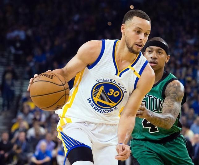 3月20日、NBAは今年10月にウォリアーズとティンバーウルブズが中国でプレシーズンゲームを2試合行うと発表した。写真はウォリアーズのステフェン・カリー。米カリフォルニア州オークランドで8日撮影(2017年 ロイター/KelleyL Cox-USA TODAY Sports)