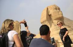 سائحون في مطقة هضبة الأهرام السياحية في القاهرة - صورة من ارشيف رويترز.