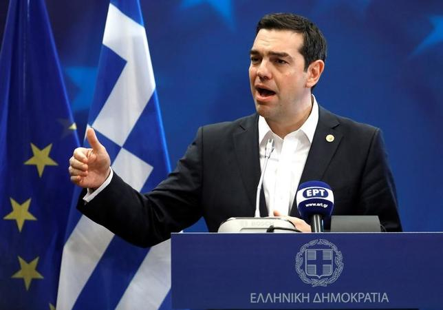 3月21日、協議の平行線が続くギリシャ支援問題が再び欧州連合(EU)を揺るがす兆しがでてきた。複数のEU高官によると、支援融資実行の条件として改革を迫るユーロ圏諸国に対抗し、ギリシャが、25日のEU特別首脳会議が採択する予定の「ローマ宣言」への支持を留保すると警告しているという。写真は記者会見を行うチプラス首相。ベルギーで10日撮影(2017年 ロイター/Yves Herman)