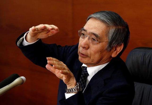 3月22日、日銀の黒田東彦総裁(写真)は参議院財政金融委員会に出席し、物価が目標の2%を達成し、目標を超えていくような金融緩和からの出口局面では、当座預金に与えられている金利である「付利の引き上げや、拡大したマネタリーベースの回収が必要」と述べた。写真は都内で昨年11月撮影(2017年 ロイター/Kim Kyung-Hoon)
