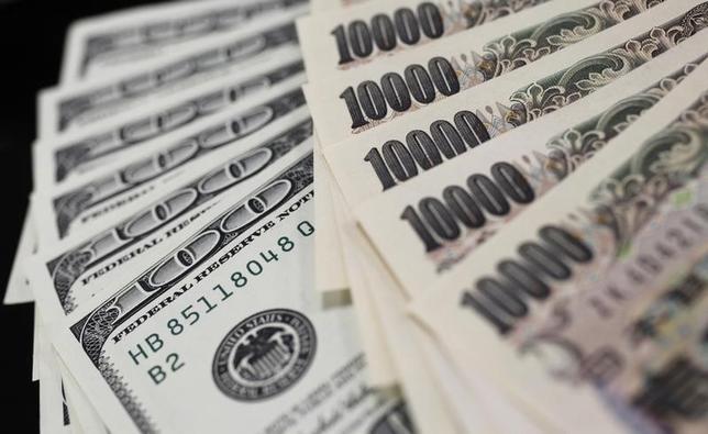 3月22日、午後3時のドルは、前日ニューヨーク時間午後5時時点に比べ、ややドル安/円高の111円半ばだった。写真は都内で2011年8月撮影(2017年 ロイター/Yuriko Nakao)