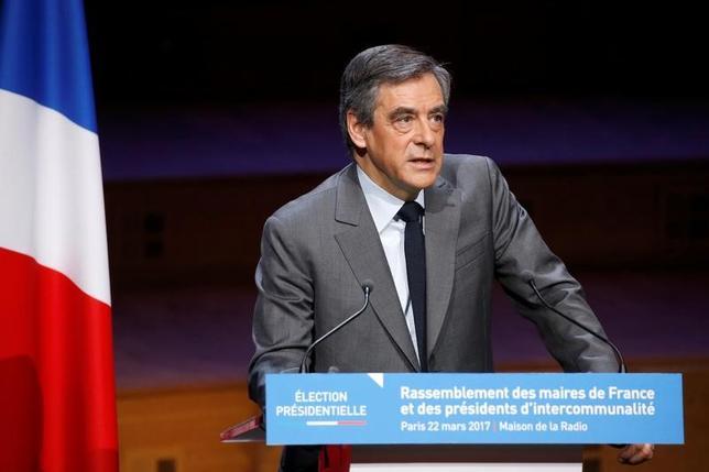 3月22日、フランス大統領選の共和党(中道右派)候補、フィヨン元首相は、一連の金融スキャンダルについて、自身の影響力低下を狙った与党・社会党政権による組織的な情報漏えいが背後にあるとの考えを示した。写真はフランス市議会協会で演説するフィヨン元首相(2017年 ロイター/Charles Platiau)