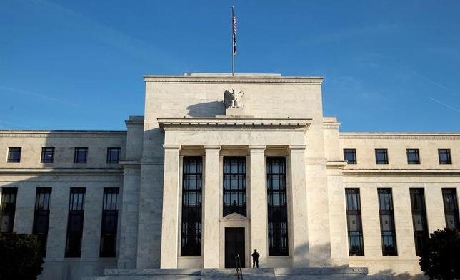 3月23日、米連邦準備理事会は物価上昇の加速を見据えた対応に着手したが、インフレはいつまで、どの程度進行するのか──そんな疑問に答える論文をFRBの2人のエコノミストがまとめた。写真は米ワシントン米連邦準備理事会本部。昨年10月撮影(2017年 ロイター/Kevin Lamarque)