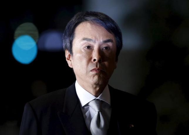 3月24日、石原伸晃経済再生相は閣議後会見で、金融市場が円高・株安方向に振れている点について「コメントは差し控えたい」と述べた。2016年1月撮影(2017年 ロイター/Yuya Shino)
