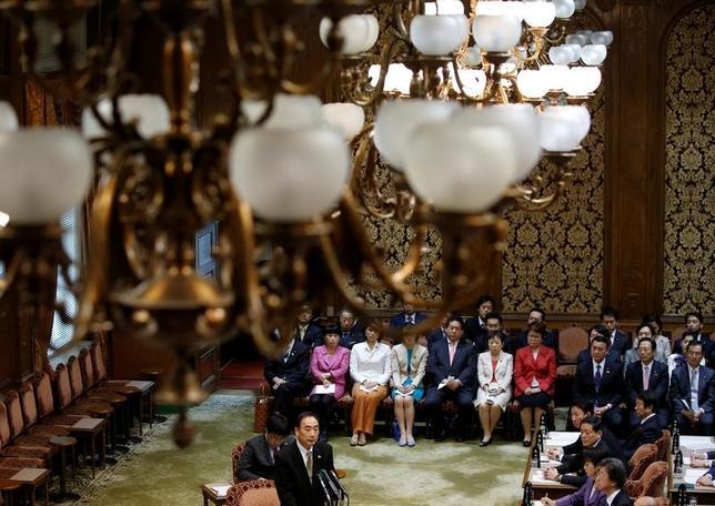 3月24日、学校法人「森友学園」への国有地売却問題で、迫田英典国税庁長官は参院予算委員会で、「理財局長当時、本件(国有地売却)について報告を受けたことはない、政治家や秘書の問い合わせもなかった」と述べた。写真は23日、森友学園・籠池泰典理事長の証人喚問(2017年 ロイター/Issei kato)