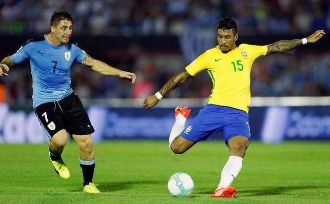 3月23日、サッカーの2018年W杯ロシア大会へ向けた南米予選は各地で試合を開催し、ブラジルはパウリーニョ(右)のハットトリックなどでアウェーでウルグアイに4─1で快勝した(2017年 ロイター/Andres Stapff)