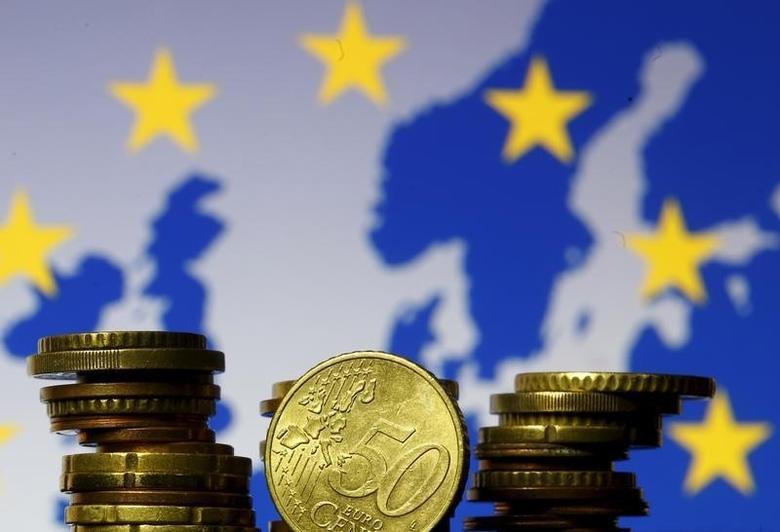资料图片:2015年5月,以欧盟地图为背景拍摄的欧元硬币。REUTERS/Dado Ruvic