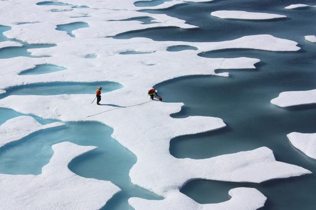 3月22日、地球温暖化の影響を強く受けている北極海の海氷面積が、冬季として最小の記録を更新したことが分かった。米国立雪氷データセンター(NSIDC)によると、今年は3月7日に面積1442万平方キロとなって最大に達したとみられるが、38年間の衛星観測史上最小だった。提供写真(2017年 ロイター/NASA/Kathryn Hansen)