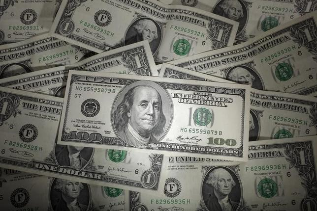 3月24日、午後3時のドル/円は、前日ニューヨーク市場午後5時時点と比べ、ドル高/円安の111.46/48円だった。米医療保険制度改革(オバマケア)代替法案の採決の行方を警戒しながらも、週末の持ち高調整を交えて、じりじりと値を持ち直す底堅い動きとなった。写真の米ドルはポーランド・ワルシャワで2011年1月撮影(2017年 ロイター/Kacper Pernpel)