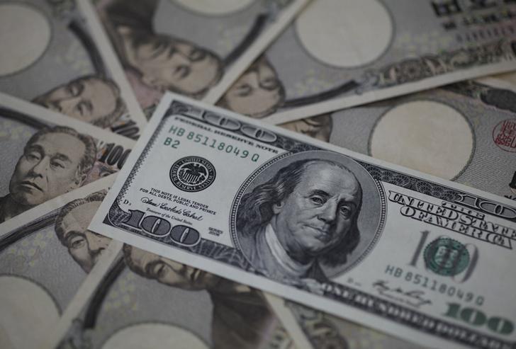 资料图片:2013年2月,日本东京,美元和日圆。REUTERS/Shohei Miyano