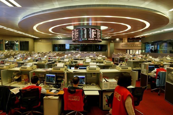 资料图片:2016年12月,香港证交所内的交易员们。REUTERS/Bobby Yip
