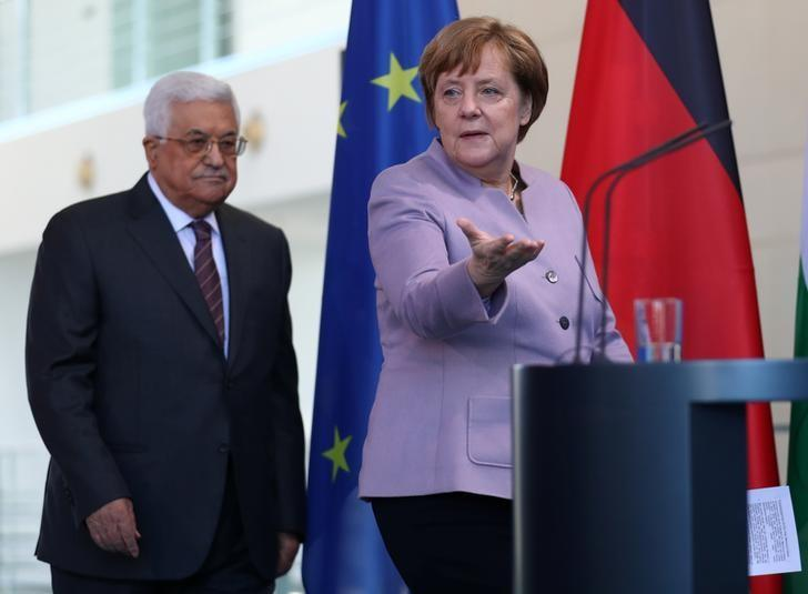 German Chancellor Angela Merkel and Palestinian President Mahmoud Abbas arrive for a statement in Berlin, Germany, March 24, 2017.      REUTERS/Pawel Kopczynski