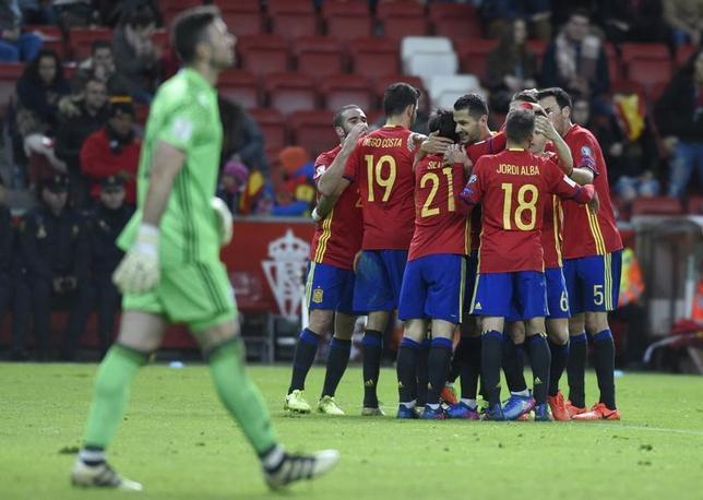 3月24日、サッカーの2018年W杯欧州予選、G組のスペインはホームでイスラエルに4─1で快勝した。写真は得点を喜ぶスペインの選手たち(2017年 ロイター/Eloy Alonso)