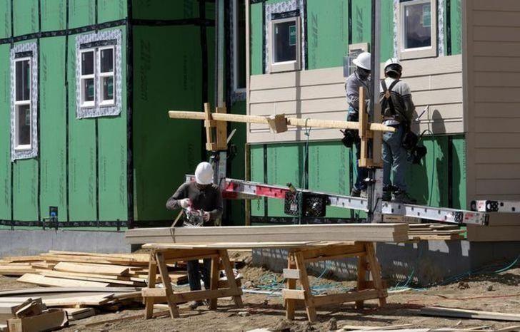 2016年8月30日,美国科罗拉多州,工人们正在建一栋新屋。 REUTERS/Rick Wilking