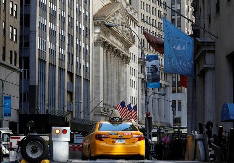 3月23日,纽约,一辆出租车驶入纽约证交所附近安全区。REUTERS/Brendan McDermid