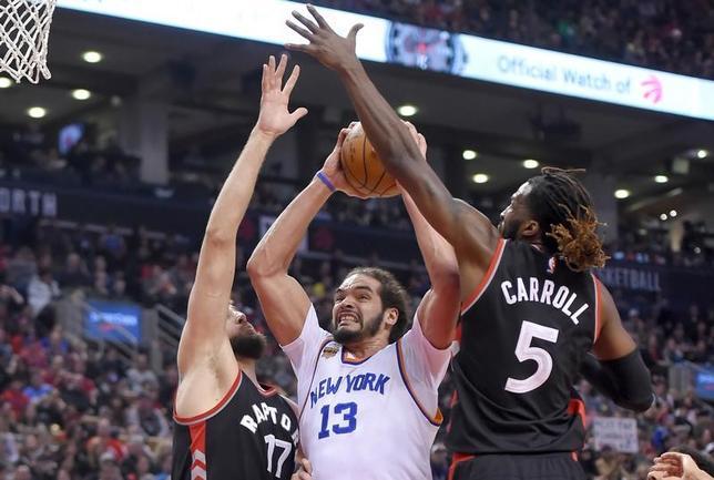 3月25日、NBAはニックスのセンター、ジョアキム・ノア(中央)に対して薬物規定違反により20試合の出場停止処分を科した。トロントで1月撮影(2017年 ロイター/Dan Hamilton-USA TODAY Sports)