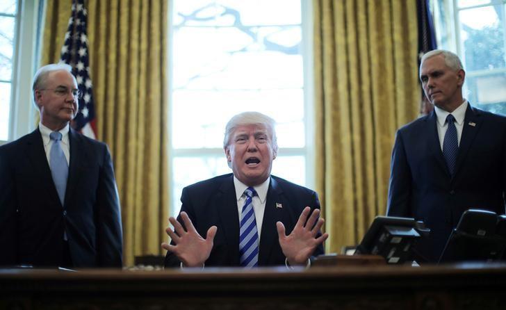 3月24日,美国总统特朗普在白宫对医改议案遭撤回的结果作出反应,副总统彭斯和卫生及公共服务部长Tom Price(左)分立在他的两侧。REUTERS/Carlos Barria