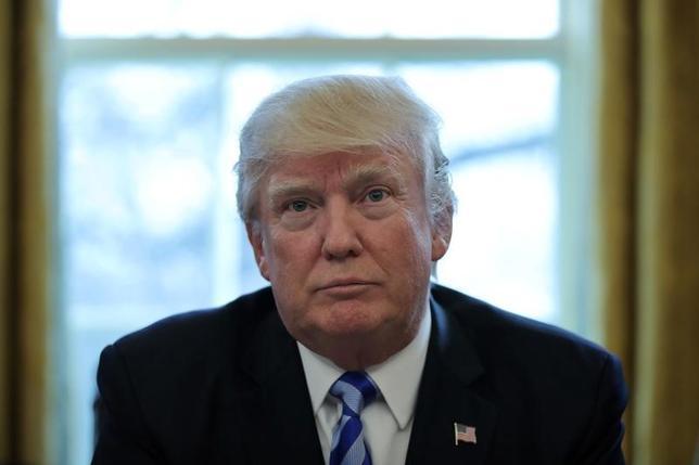 3月26日、米当局者が明らかにしたところによると、トランプ大統領は28日に、米国内でのエネルギー生産に関する規制を緩和する大統領令に署名する。写真はワシントン・ホワイトハウスの大統領執務室で24日撮影(2017年 ロイター/Carlos Barria)