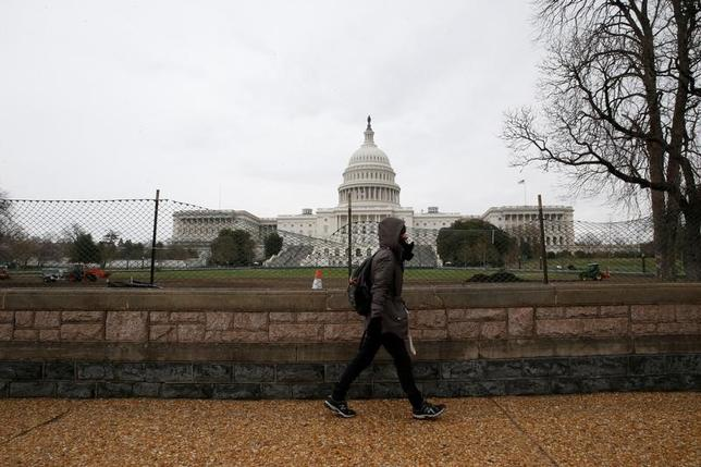 3月27日、ロイター企業調査によると、米トランプ政権の税制改革で輸入品に課税する国境調整税が共和党の主張通り20%となった場合、収益に「影響がある」とする企業が製造業の5割にのぼることがわかった。写真はワシントンの国会議事堂。24日撮影(2017年 ロイター/Jim Bourg)