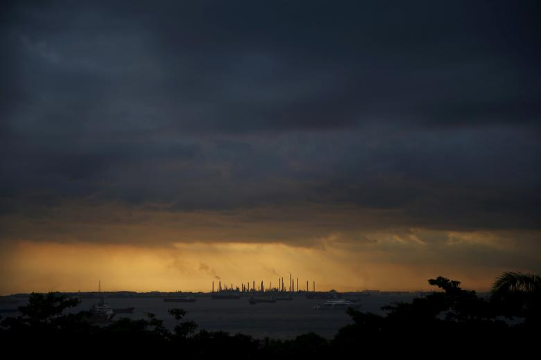 FILE PHOTO: Storm clouds gather over Shell's Pulau Bukom oil refinery in Singapore January 30, 2016. REUTERS/Edgar Su/File Photo