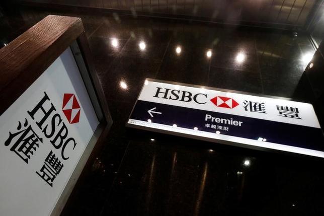 3月27日、英金融大手HSBCは、米国の年内の利上げ見通しを、当初のあと1回から2回へ変更した。写真はHSBCのロゴ、2月香港で撮影(2017年 ロイター/Bobby Yip)