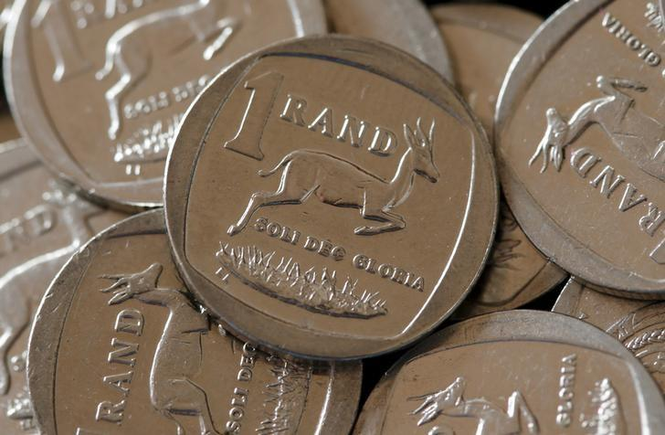 资料图片:2015年9月,南非兰特硬币。REUTERS/Mike Hutchings