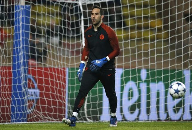 3月27日、サッカーのイングランド・プレミアリーグ、マンチェスター・シティーのGKクラウディオ・ブラボが、退団を希望しているとの報道を否定した。モナコで15日撮影(2017年 ロイター)
