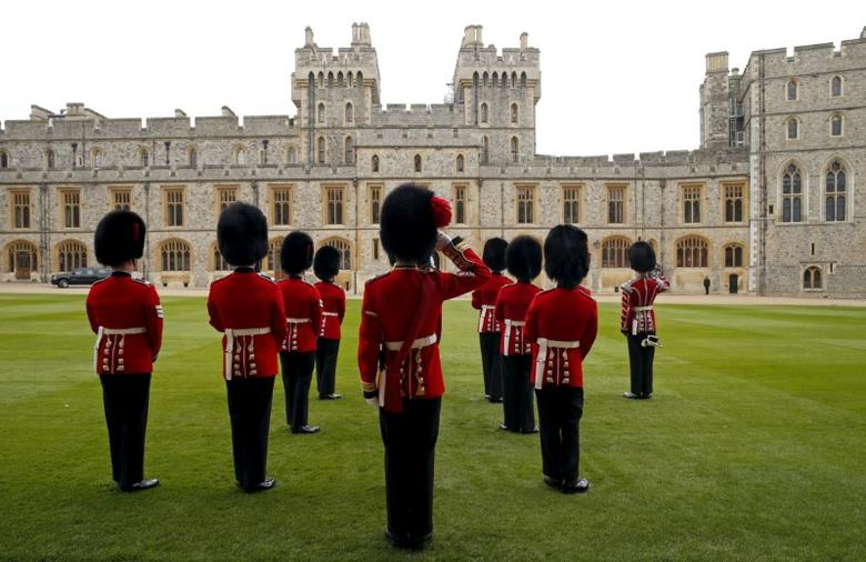 Guardsman stand in formation at Windsor Castle for the arrival of U.S. President Barack Obama and first lady Michelle Obama for their lunch with Britain's Queen Elizabeth II and Prince Philip, Duke of Edinburgh in Windsor, England, Britain April 22, 2016. REUTERS/Kevin Lamarque/Files