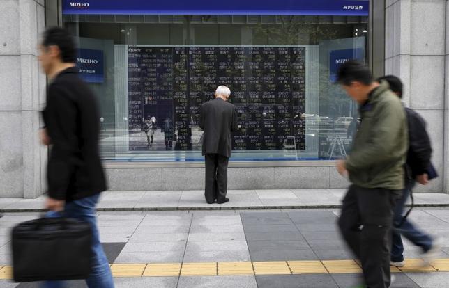3月29日、寄り付きの東京株式市場で、日経平均株価は前営業日比13円91銭高の1万9216円78銭となり、小幅に続伸して始まった。写真は都内の株価ボード、2016年4月撮影(2017年 ロイター/Toru Hanai)