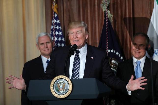 3月28日、トランプ米大統領がメキシコ国境沿いの壁建設費用として議会に承認を要請した15億ドルの予算の審議が後回しになる公算が大きくなった。写真はオバマ前政権の環境規制撤回への大統領令署名前にスピーチするトランプ大統領。米ワシントン・ホワイトハウスで撮影(2017年 ロイター/Carlos Barria)