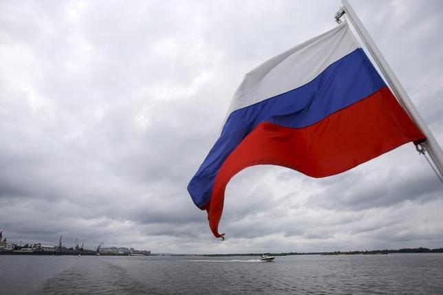 4月29日、米地質調査所(USGS)によると、ロシア極東のコマンドルスキー諸島付近で29日、マグニチュード(M)6.9の地震が発生した。写真はロシア国旗。2015年7月撮影(2017年 ロイター/Maxim Shemetov)