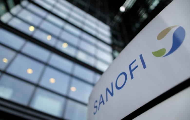A logo is seen in front of the entrance at the headquarters French drugmaker Sanofi in Paris October 30, 2014. REUTERS/Christian Hartmann/File Photo