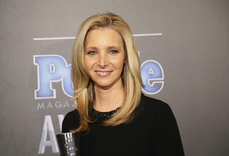 Actress Lisa Kudrow poses backstage with her award for TV Performance of the Year for ''The Comeback'' at the People Magazine Awards in Beverly Hills, California December 18, 2014.  REUTERS/Danny Moloshok