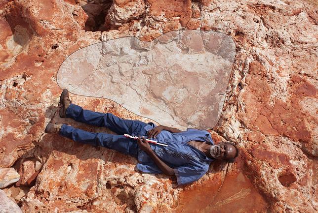 3月28日、オーストラリア北西の遠隔地ダンピア半島で、全長約1.7メートルの恐竜の足跡が発見された。世界最大級の可能性があるという。写真は26日撮影の提供写真(2017年 ロイター/Damian Kelly-University of Queensland)