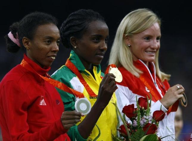 3月29日、国際陸上連盟は2008年北京五輪の女子5000メートルと1万メートルで銀メダルを獲得したトルコのエルバン・アベイレゲッセ(左)に対して薬物規定違反により処分を下した。北京で2008年8月撮影(2017年 ロイター/Ruben Sprich)