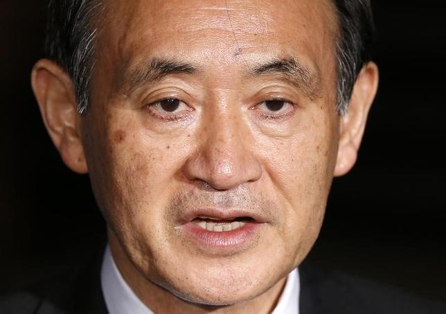 3月30日、菅義偉官房長官(写真)は午前の会見で、英国が欧州連合(EU)からの離脱を正式に通知したことに関して、重大な関心を持っているとしたうえで、「離脱による悪影響を最小限にすべく、日系企業への支援に一層取り組んでいく」と述べた。写真は都内で2015年1月撮影(2017年 ロイター/Toru Hanai)
