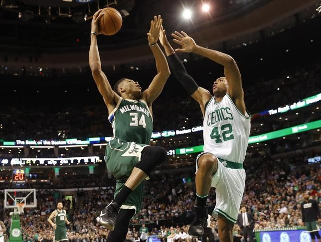 3月29日、NBAのバックスはセルティックスに103─100で競り勝った。ヤニス・アデトクンボ(左)が22得点、9リバウンド、ブロックショット3本と貢献(2017年 ロイター/Winslow Townson-USA TODAY Sports)