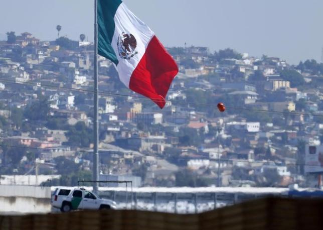 3月29日、メキシコの太平洋岸に位置するナヤリ州の検事総長(45)が27日、麻薬取引に関与した疑いがあるとして、米サンディエゴで拘束された。写真は、メキシコ国旗。カリフォルニア州のメキシコとの国境から、2015年2月撮影(2017年 ロイター/Mike Blake)