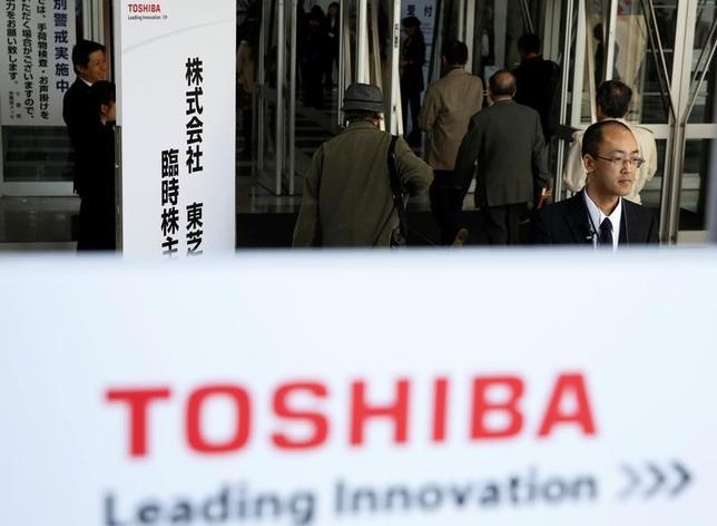 3月30日、米原発事業での巨額損失によって経営危機に陥っている東芝は、半導体メモリー事業の分社化を決議する目的で臨時株主総会を開いた。総会では同事業分社化に関する議案ついて、出席株主の3分の2以上の承認を得て可決した。写真は千葉で撮影(2017年 ロイター/Toru Hanai )