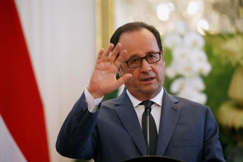 French President Francois Hollande talks to reporters beside Indonesian counterpart Joko Widodo during joint news conference at the presidential palace in Jakarta, Indonesia March 29, 2017. REUTERS/Beawiharta
