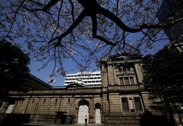3月31日、2016年度の日本株は、対ドルで円高が進んだにもかかわらず上昇した。年度ベースで円高・株高となったのは2011年度以来、5年ぶり。写真は都内の日銀本店前で昨年3月撮影(2017年 ロイター/Yuya Shino)