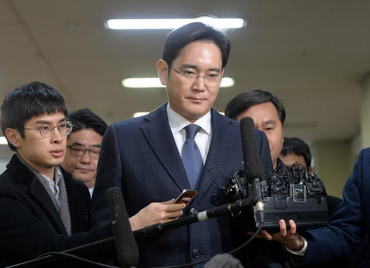 Samsung Group chief, Jay Y. Lee, arrives at the office of the independent counsel in Seoul, South Korea, February 16, 2017. Koo Yoon-sung/News1 via REUTERS/Files