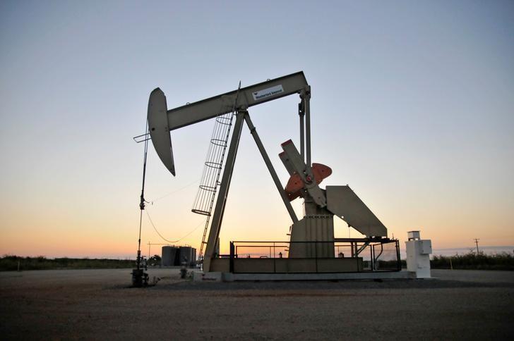 资料图片:2015年9月,美国俄克拉荷马州一处油田的抽油机。REUTERS/Nick Oxford