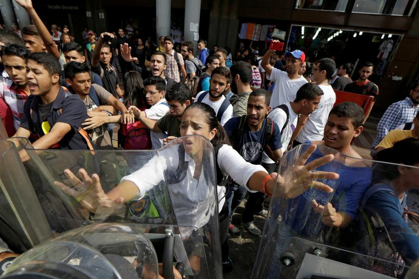 Venezuela's Maduro vows to fix court row within hours