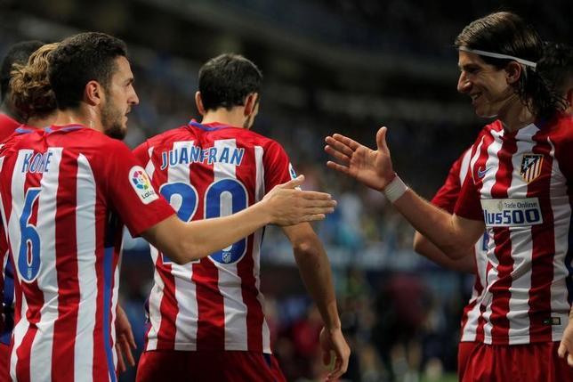 4月1日、サッカーのスペイン1部、アトレチコ・マドリードはマラガを2─0で下し、暫定3位に浮上した。コケ(左)とフィリペ・ルイス(右)が得点した(2017年 ロイター/Jon Nazca)