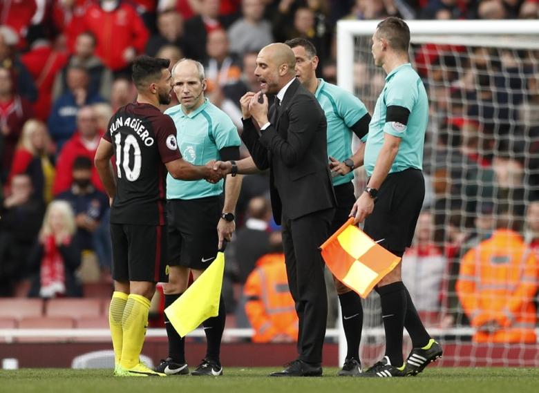 Britain Football Soccer - Arsenal v Manchester City - Premier League - Emirates Stadium - 2/4/17 Manchester City manager Pep Guardiola and Manchester City's Sergio Aguero speak to referee Andre Marriner at full time Action Images via Reuters / John Sibley Livepic