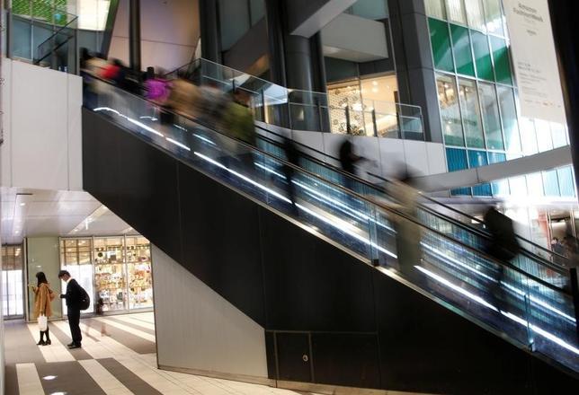 4月3日、寄り付きの東京株式市場で、日経平均株価は前日比78円74銭高の1万8988円00銭となり反発して始まった。都内で先月23日撮影(2017年 ロイター/Kim Kyung-Hoon)